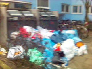 Müll vor den Tonnen