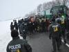 Aktivisten werden per Reisebus in die Gefangenensammelstelle gefahren.