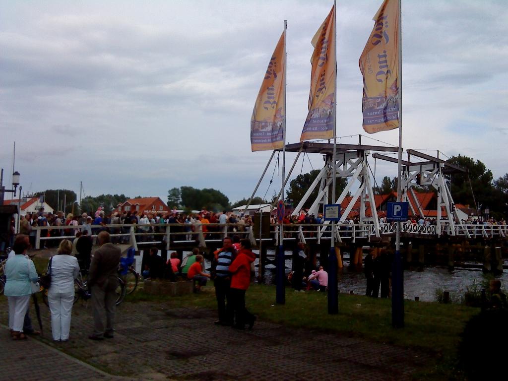 Fischerfest in Wieck - Warteschlange an der Brücke