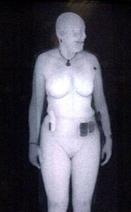 Bild einer Frau im Nacktscanner