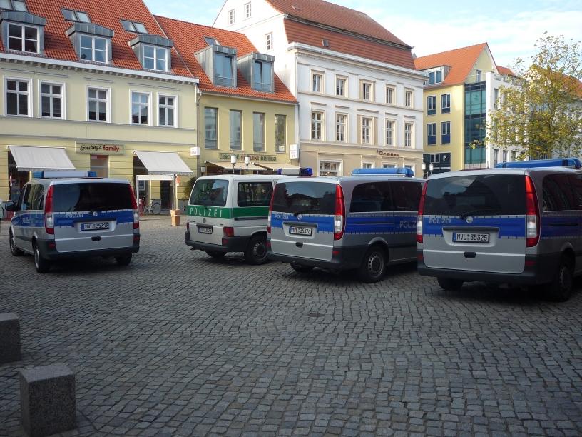 Polizisten warten auf die NPD