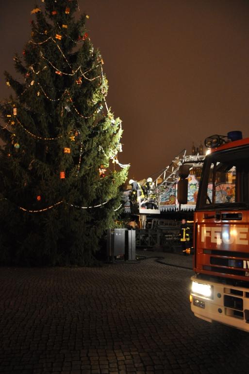 Feuerwehr räumt Weihnachtsbaum in Greifswald