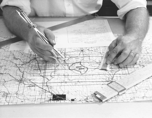 Kartograph bei der Arbeit